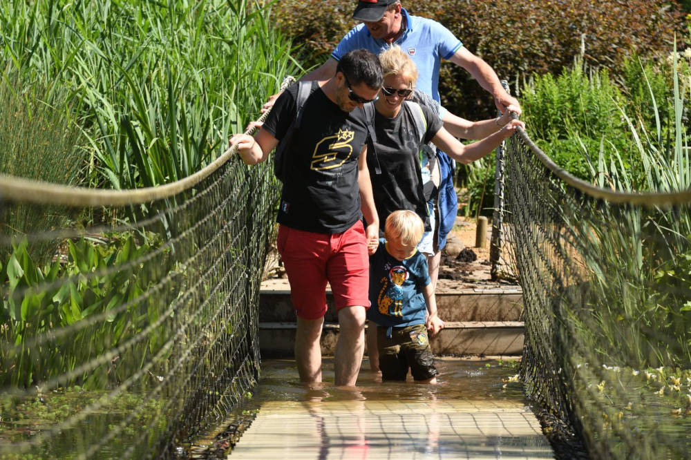 Dans l'eau sur le parcours jardin pieds nus
