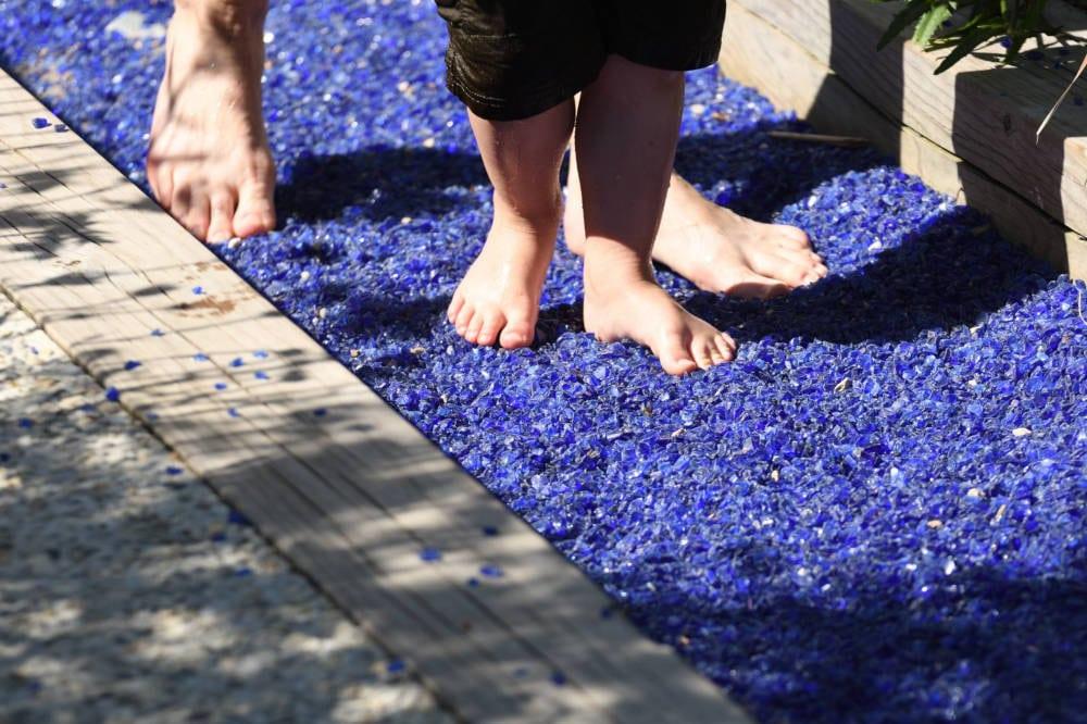 Petits cailloux bleus sur le parcours jardin pieds nus